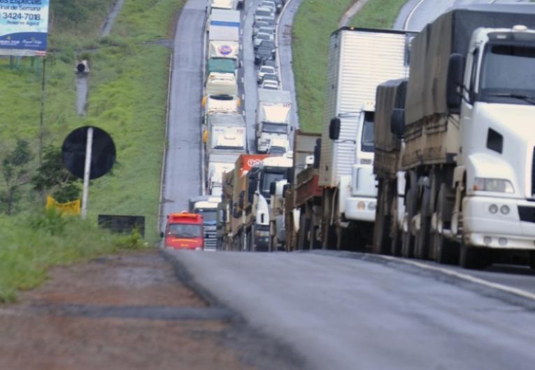 Caminhoneiros bloqueiam trechos de ao menos 3 rodovias federais em Goiás