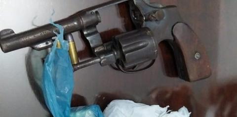 Polícia Civil de Ipameri apreende arma de fogo, droga e autua suspeito em flagrante