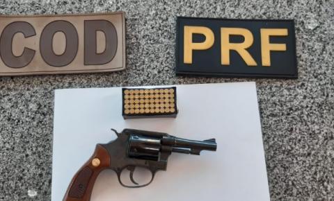 Empresário é flagrado com arma escondida na BR 050, em Catalão