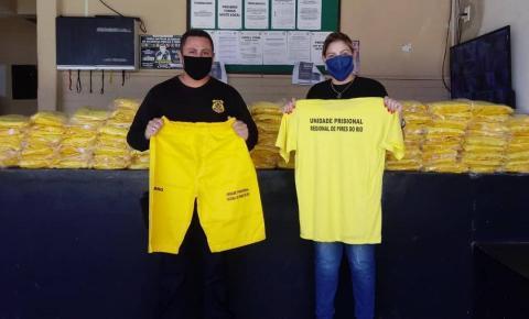 UPR de Pires do Rio realiza a entrega de kits de uniformes aos detentos para a padronização dos custodiados do local