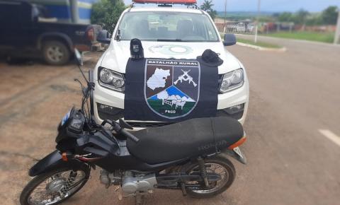 Equipe do Batalhão Rural, recupera motocicleta furtada e prende possível receptador, em Campo Alegre de Goiás