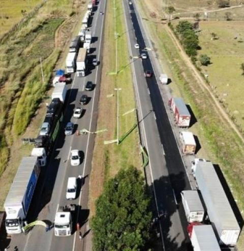 Caminhoneiros ameaçam entrar de greve em julho