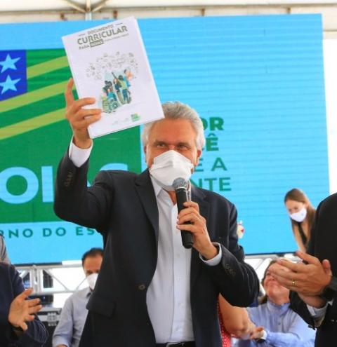 Caiado anuncia ajuda de custo para servidores ativos da Educação
